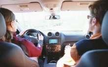 Мужчина и женщина едут в машине