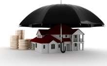 Макет домика и деньги под зонтом